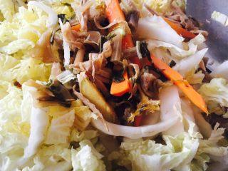 爱心早餐3,倒入绍兴姐姐送的梅干菜,前一晚用水浸泡。 倒入黄芽菜丝。