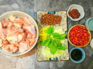干煸醉乡鸭,先将所需要的材料准备好。鸭肉洗净沥干多余水分。葱姜蒜切成小粒。干辣椒剪成段。