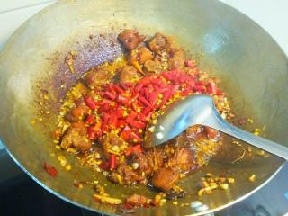 干煸醉乡鸭,放入干红辣椒段,炒香,这里可以多炒一会,辣椒段炒的脆脆的,非常好吃。