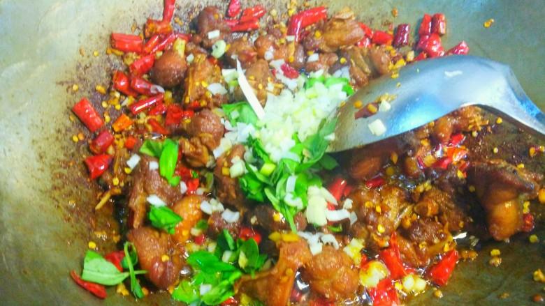 干煸醉乡鸭,放入葱粒,罗勒叶(可以不放),翻炒几下拌匀就可以。