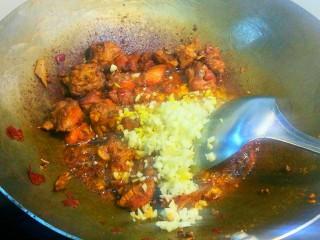 干煸醉乡鸭,放入蒜粒,姜粒,炒出香味来。