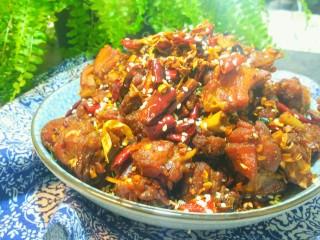 干煸醉乡鸭,鸭肉装盘,撒上熟白芝麻,也可以再加一点小香葱装饰。