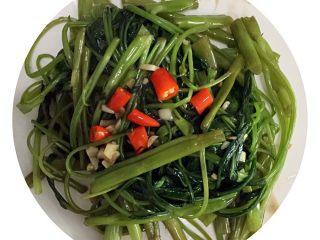 蒜蓉空心菜,青菜不能炒太久,一分钟内起锅