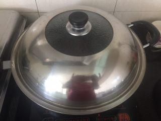 香辣入味的焖烧鱼块,盖上盖子小火焖烧入味。