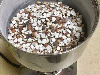 芡实糕,烤好晾凉后打粉,如果直接买的是粉,这一步同样跳过。