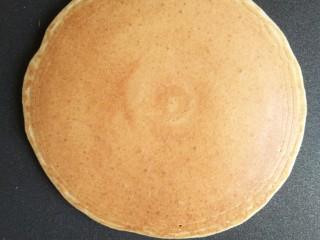 奶香玉米饼,翻面以后大约一分钟,玉米饼双面金黄就可出锅了
