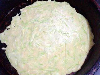西葫芦鸡蛋饼,注意成这种颜色的时候,加入少量的油