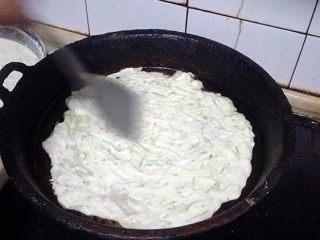 西葫芦鸡蛋饼,用铲子把面摊开