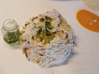 迷迭香佛卡夏,将主面团材料除迷迭香橄榄油先不加外,先将其他材料包括西红柿干揉成略微起筋的面团,再加入泡过迷迭香的橄榄油和迷迭香,继续揉成有筋性的面团。