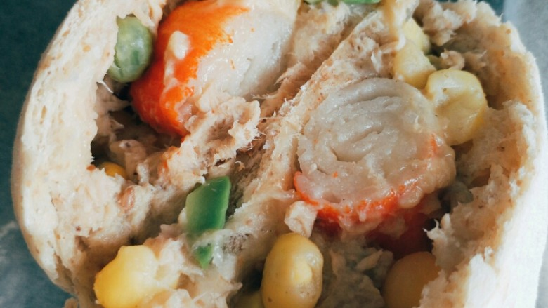 牛油果金枪鱼蟹柳芝士面包