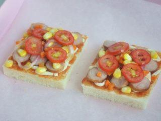 香肠吐司披萨,将香肠、玉米、洋葱、圣女果、胡萝卜放在吐司片上。