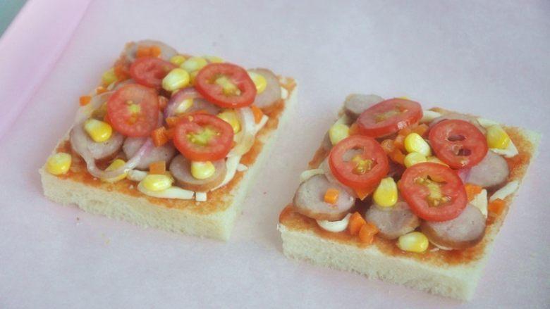 香肠吐司披萨,将香肠、玉米、洋葱、<a style='color:red;display:inline-block;' href='/shicai/ 3438'>圣女果</a>、胡萝卜放在吐司片上。