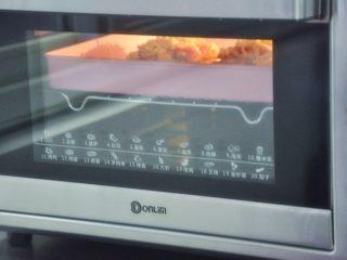 香肠吐司披萨,放入提前预热好的烤箱180度10分钟,奶酪融化表面上色即可。
