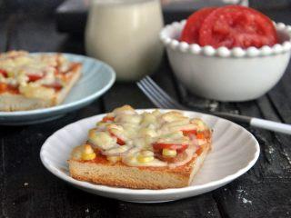 香肠吐司披萨,香喷喷的香肠吐司披萨,可以开动啦。