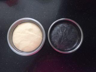 黑白小熊挤挤包,发酵至面团蓬松比原来体积大一倍样子,手指粘粉从中间戳个窟窿,窟窿不会回缩即可。