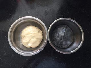 黑白小熊挤挤包,取一半面团加入竹炭粉揉成黑色面团,盖上保鲜膜室温下进行第一次发酵。