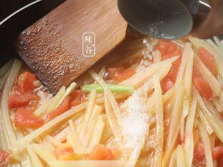 酸爽下饭的茄汁土豆丝,放入糖;