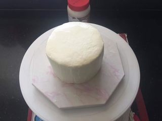 【天使之城】巧克力淋面蛋糕,进行抹面后放入冰箱冷藏一会儿。
