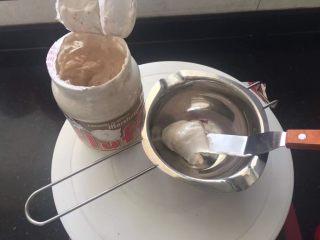 【天使之城】巧克力淋面蛋糕,下面制作巧克力淋面酱,小锅中放入Fluff 棉花糖。