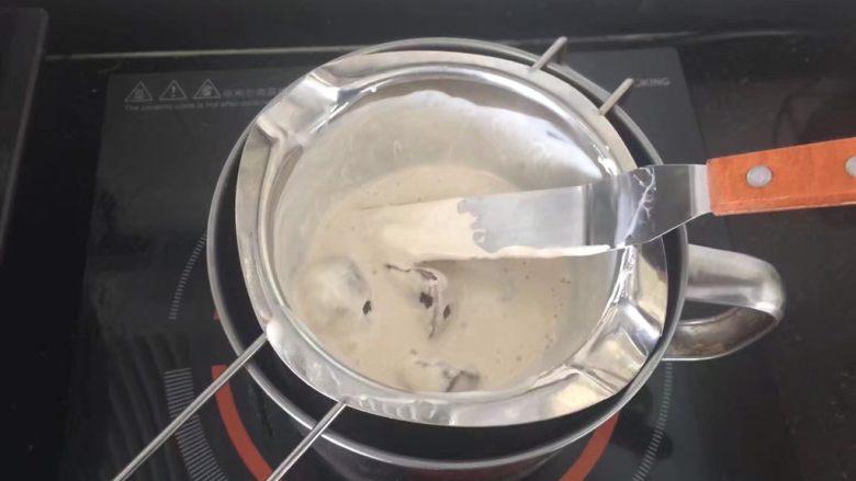 【天使之城】巧克力淋面蛋糕,倒入黑巧克力和淡奶油隔热水融化。