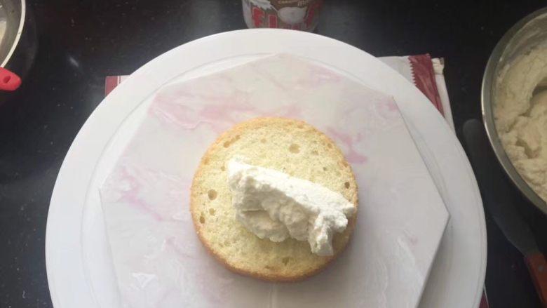 【天使之城】巧克力淋面蛋糕,取一片蛋糕放在裱花台上,抹上适量的棉花糖奶油霜。