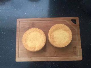【天使之城】巧克力淋面蛋糕,首先烤两个4寸的戚风蛋糕,材料的用量相当于一个6寸的戚风蛋糕。