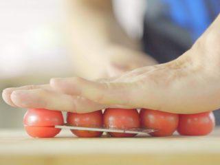 没胃口的时候,来一道酸溜溜酸奶沙拉,圣女果平躺,用手按住顶部,可以轻松从中间切开