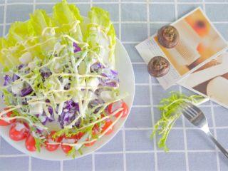 没胃口的时候,来一道酸溜溜酸奶沙拉,富含果蔬营养又开胃,夏天这么吃是不是很棒呀!颜色也和夏天很搭。学会了记得交作业啊!