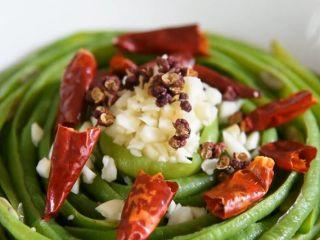豆角这样做你一定没吃过,麻辣鲜香超级美味,放入蒜末、干辣椒、花椒