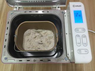 牛肉田园披萨,1. 把所有材料都称进面包机桶内开始和面1次10分钟