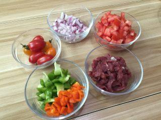 牛肉田园披萨,5. 圣女果一切为4,番茄,洋葱,菜椒切丁,牛肉切片备用