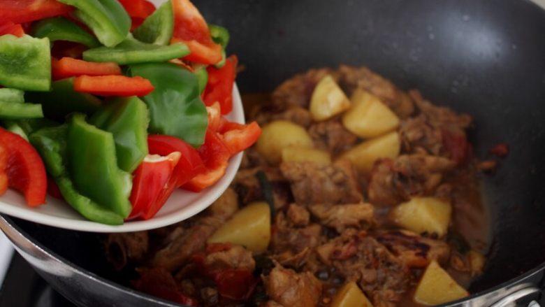 大盘鸡,11.水烧的差不多的时候,鸡肉已烂,将切块的青红椒入锅。