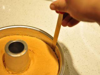 白天使蛋糕——快速消耗蛋白的蛋糕,蛋糕脫模時先用脫模刀沿外圈和內圈劃開。