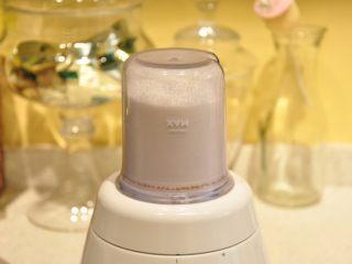 白天使蛋糕——快速消耗蛋白的蛋糕,將配方中60克的白砂糖用料理機磨成粉(選擇糖粉直接使用的可以略過此步,糖粉要選擇無淀粉的)。