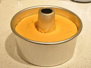 白天使蛋糕——快速消耗蛋白的蛋糕,烤好后的蛋糕待其完全冷卻后再脫模。