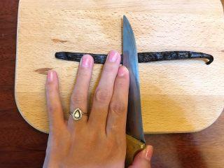 省钱自制《香草精》,用刀背从左到右,平行滑一下,轻轻的就好,不然会把内部的香草籽全部挤到右边了。等下切的时候会流出来