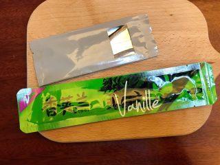 省钱自制《香草精》,为了做对比,我买了两种香草荚,一种是是12.5一根(银色包装),一种是19.8一根(绿色包装)