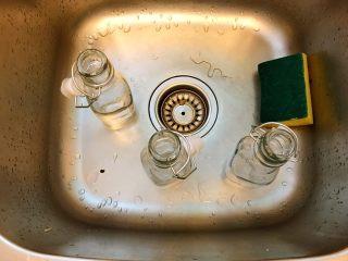省钱自制《香草精》,清洗瓶子,清水就好了。