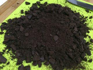 奥利奥花生牛轧糖,把饼干弄成小碎块。