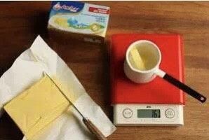 芒果班戟,切割称量安佳无盐黄油,融化备用。