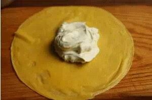 芒果班戟,再挖一勺淡奶油盖住芒果肉。