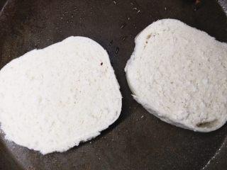 馒头版班尼迪克蛋brunch(附水波蛋做法),平底锅倒一点油,略微煎一下,取出备用。
