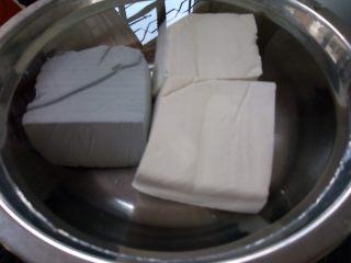 双色豆腐煮肉蓉,买回来的豆腐用加了盐的清水浸一下。
