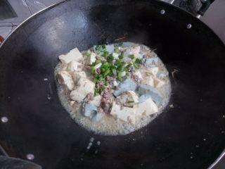 双色豆腐煮肉蓉,勾芡,加葱和芝麻。