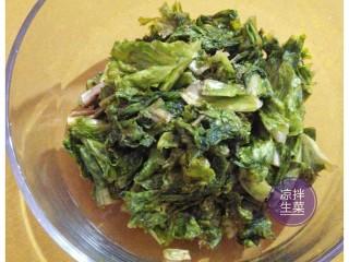 凉拌生菜,加入精盐和白糖腌制,并用手指轻柔均匀,静放片刻。