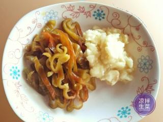 凉拌生菜,青椒切丝,大蒜剁碎(或砸成蒜泥)。