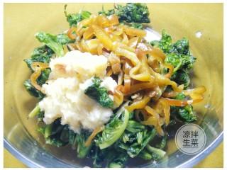 凉拌生菜,蒜泥 青椒丝加入腌好的生菜里。
