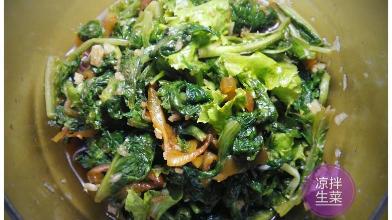 凉拌生菜,搅拌均匀待用。