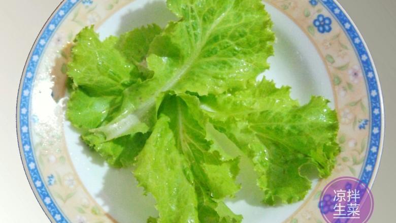 凉拌生菜,取3-4片生菜叶铺在盘底。