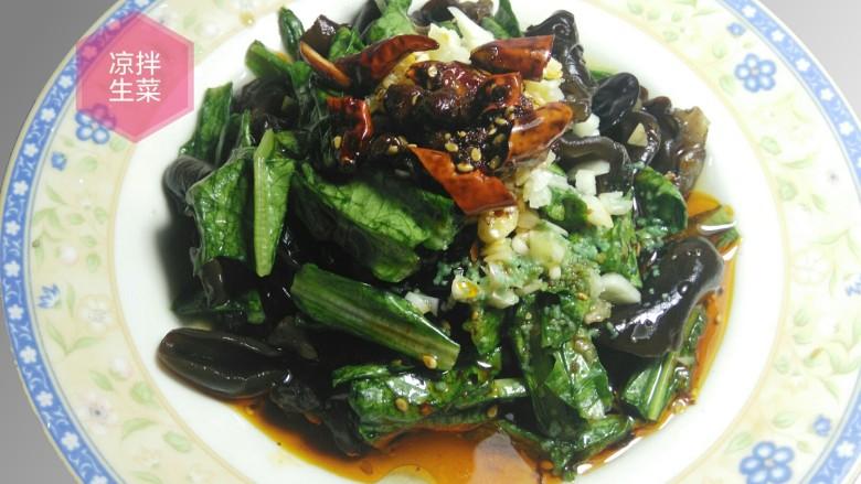 凉拌生菜,这样一盘简单易做,美味可口的素菜就等着享用了。同样方法,用油麦菜和木耳也可做出一样的菜肴。